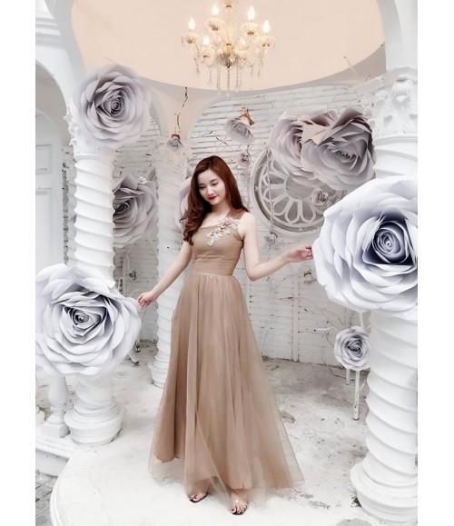 Đầm dạ hội lệch vai gắn hoa đào